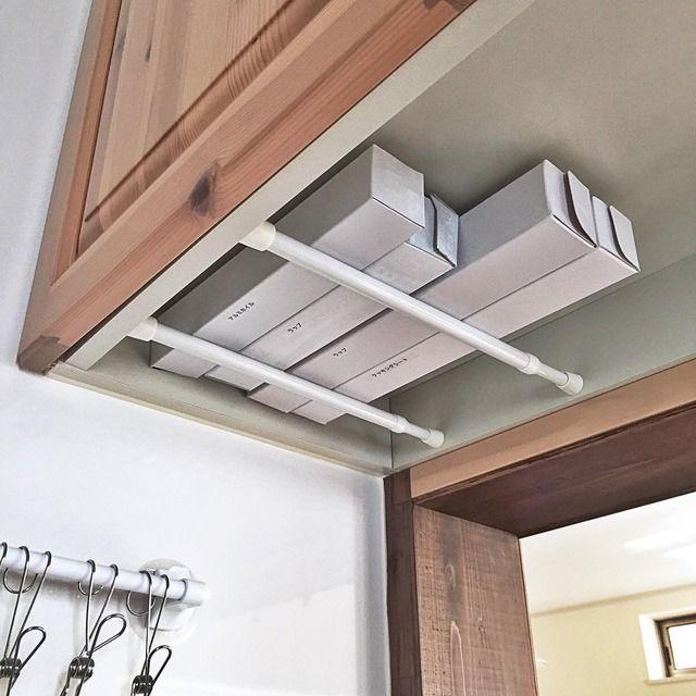 収納スペースが足りずに物が散乱しがちなキッチン周り。日常的に目に入る場所なので、いつでもキレイに片付けておきたいですよね。そんなキッチンの整理整頓に重宝するのが、みんな大好き「つっぱり棒」。つっぱり棒を使えば、デッドスペースを有効活用できますよ。今回は、キッチンで使える目から鱗の収納アイデアをご紹介します!