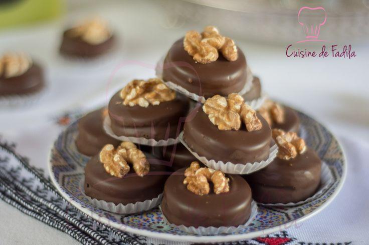 sablés aux noix et au chocolat, facile à réaliser et délicieux, des sablés fondant grands de pâte à tartiner, enrobés de chocolat et décorés de noix