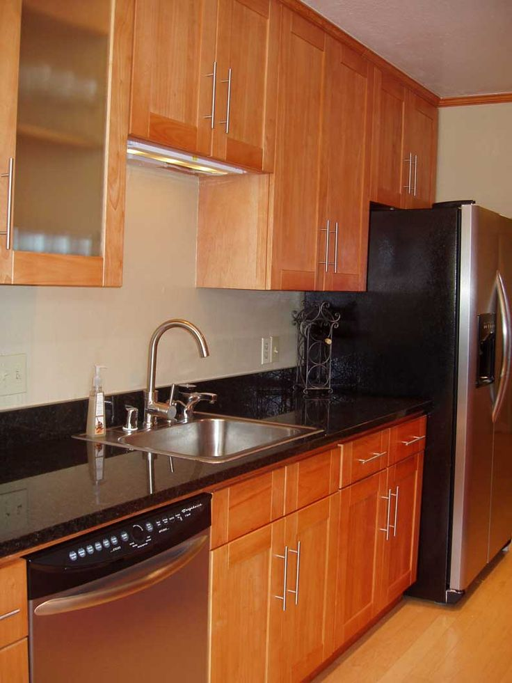 Honey oak kitchen cabinets with black countertops honey for Dark oak kitchen cabinets
