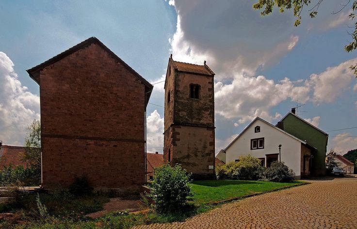 Ganz schön alt. Der alte Turm.  ... In Ottweiler-Fürth. Schade dass die dazugehörende Kirche nicht mehr existiert. Wart Ihr schon mal dort? :-)