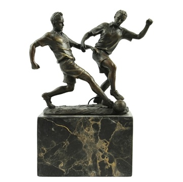 ⚽️This reminds me of the good old days when me and the old-chaps used to play football down in the park of Wessex singing Queen from the top of our lungs! What a memory! - Fodbold bronz statue -