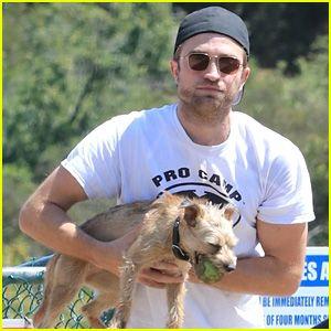 Robert Pattinson Lleva a Su Mascota Perro al Parque para Perros