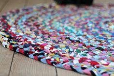 Her er en video guide til, hvordan du kan lave et flettet tæppe af gamle t-shirts. Det er nemt og billigt, og så er det fint at se på.