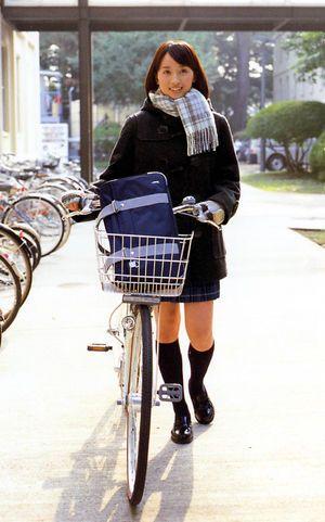 【画像】JK巻き!女子・学生・制服に似合う|かわいいマフラーの巻き方 - NAVER まとめ