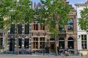 Grand Boutique Hotel Huis Vermeer  Description: Het viersterren Grand Boutique Hotel Huis Vermeer is gelegen aan het oudste plein van Deventer. Het hotel telt 11 verschillende zeer ruime en uitgeruste kamers die allen over draadloos internet beschikken een badkamer met vloerverwarming een douchecabine en badjassen en slippers. Overige informatie - Het hotel beschikt niet over eigen parkeerplaatsen. In de buurt van het hotel kan men tegen betaling parkeren. - Huisdieren zijn niet toegestaan…