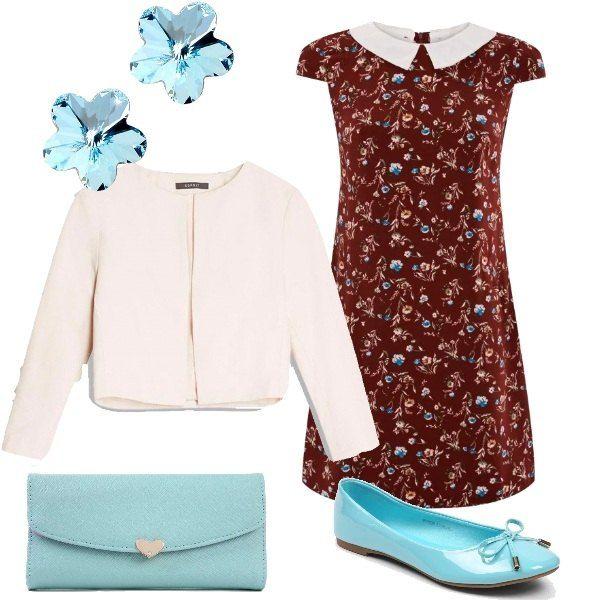 Un vestito con colletto Peter Pan e motivo a fiori viene proposto con un blazer chiaro corto. Le scarpe sono delle ballerine con fiocco e la borsa è una pochette con chiusura metallica a forma di cuore. Un paio di orecchini in acquamarina a forma di fiore completano il tutto.