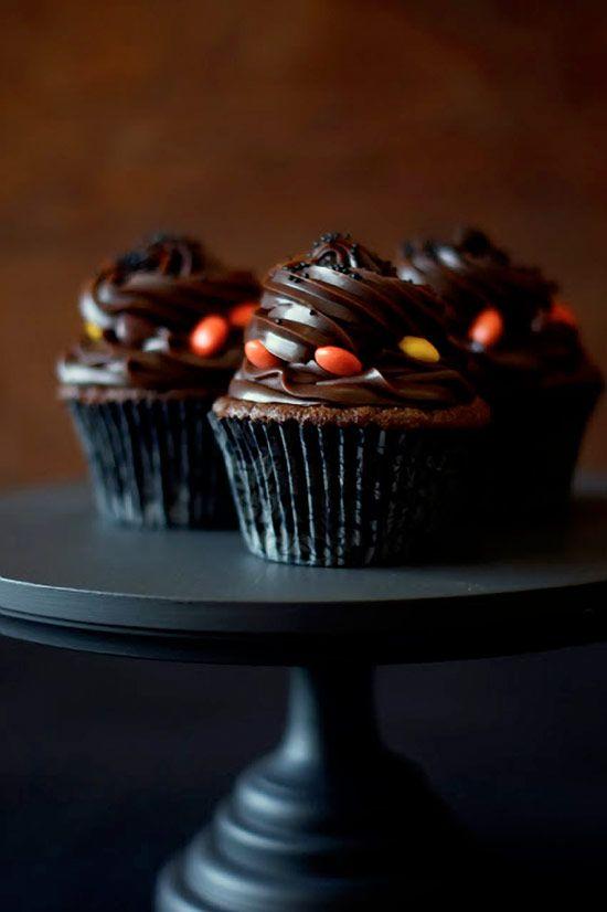 Moist and light BLACK VELVET Cupcakes with secret vanilla cream center, topped with salted caramel ganache #cupcakerecipes http://thecupcakedailyblog.com/black-velvet-cupcakes/