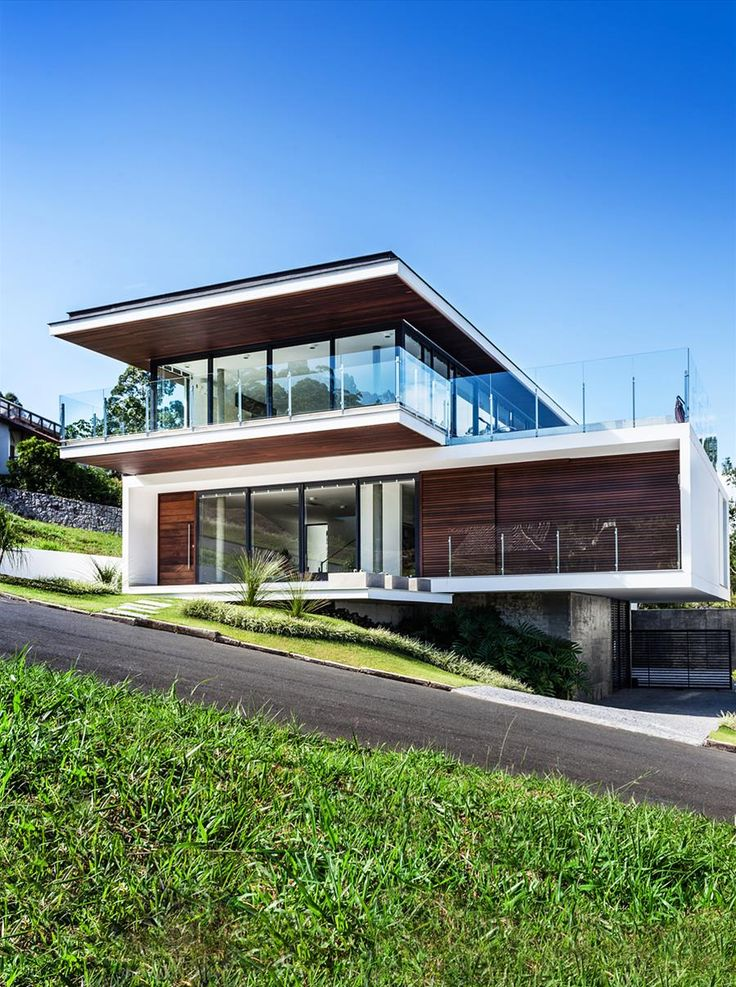Galeria da Arquitetura | Casa LB - No terreno em aclive, a estrutura em balanço, a planta invertida e os fechamentos envidraçados absorvem a exuberante natureza da baía de Cacupé, em Florianópolis