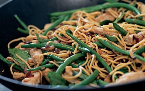 Wok med nudler Lynstegte grøntsager med nudler og soya smager dejligt. Retten kan også laves med andre grøntsager, fx gulerødder eller peberfrugt.