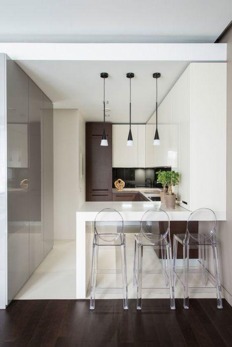 Небольшая кухня с барной стойкой, которая выглядит красиво и стильно.