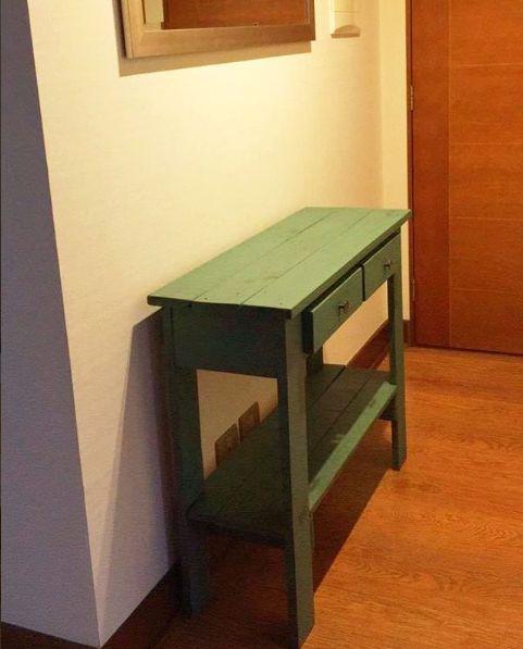 Mesa de arrimo pallet, hecha con madera 100% reciclada. Acabado turquesa envejecido.