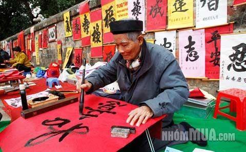 """Dopo la festa del capodanno, vietnamiti hanno abitudine di """"comprare le lettere"""", sono le letteri cinesi che si trattano delle qualità per esser un buona persona oppure le letteri che portano fortuna. Si può trovare gli """"scrittori"""" nel vestito tradizionale che stanno nel muro del Tempio della letteratura - tempio dello studio http://viaggivietnam.asiatica.com/"""