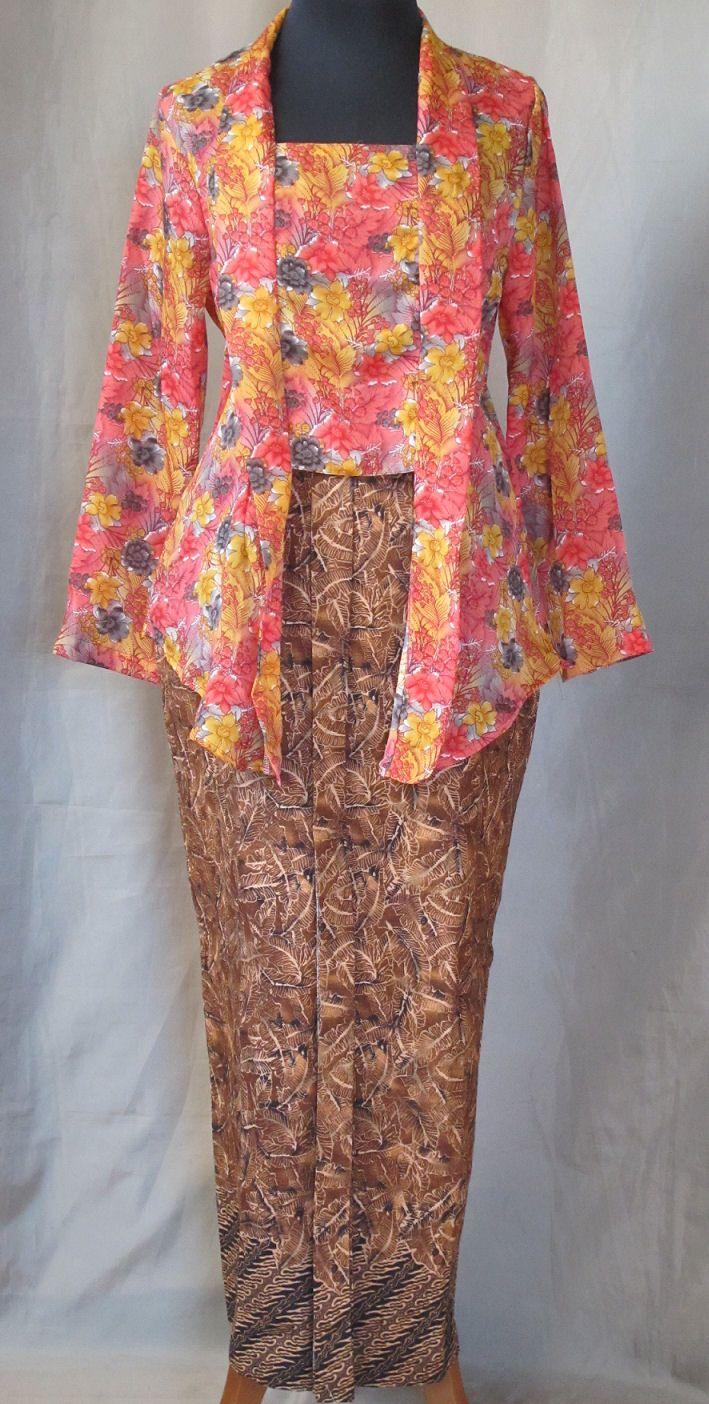 Sarong en kebaya : Kebaya fleurig kutubaru met bijpassende sarong plisse