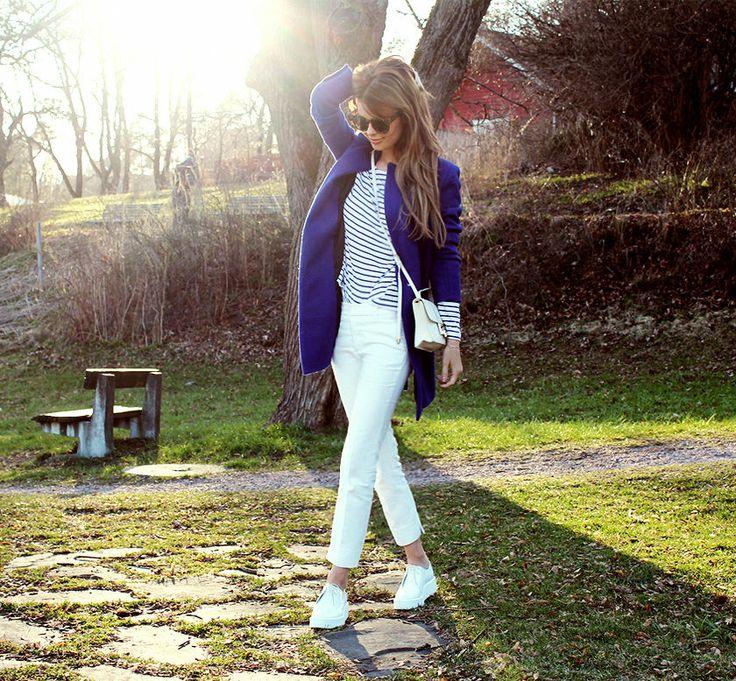 nettenestea annette haga outfit blå kåpe nastygal hvit veske jimmychoo nevernaked solbriller hvite bukser zara sko stripete genser mote blogg