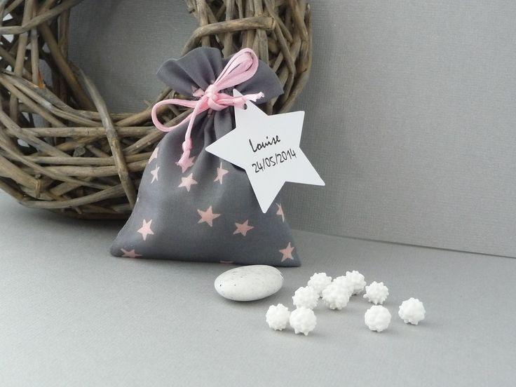 pochon ballotin pour dragées baptême bébé fille gris nuée d'étoiles roses : Autres bébé par les-bijoux-de-la-marquise