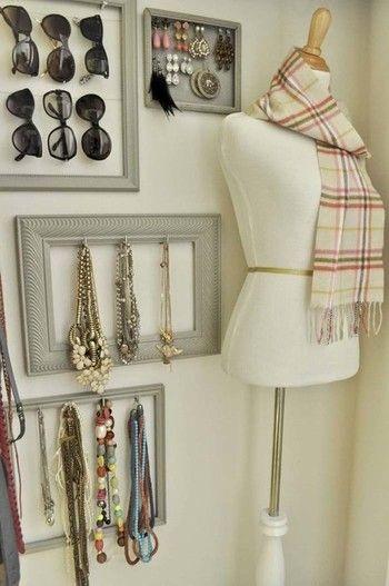 からまりやすいネックレスは壁にかけるなど、見せる収納もおすすめです。見た目もお洒落な上、お出かけ前にさっと身に着けられて便利です。