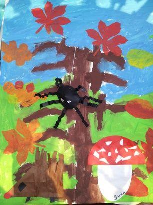 """* Op een groot vel een boom en gras en lucht verven. Egel van 16 vierkantjes, spin van een """"chinees hoedje en strookjes om en om vouwen paddenstoel kn/pl. Het spinnetje is met een touwtje door het werkstuk heen geprikt met een kraaltje erachter. Zo kan het heen en weer bewegen over het vel. De bladeren zijn getamponneerd."""
