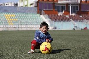 El niño afgano de cinco años, que se hizo conocido por una fotografía en la que vestía una bolsa de plástico simulando una camiseta de Messi de la selección argentina, recibió el regalo de su ídolo.