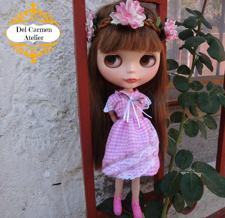 """""""Rosita"""" Vestido cuadrillé rosado. Adornos de encaje y raso. Accesorios y muñeca No incluidos. Precio vestido $4.000 (Chile)"""