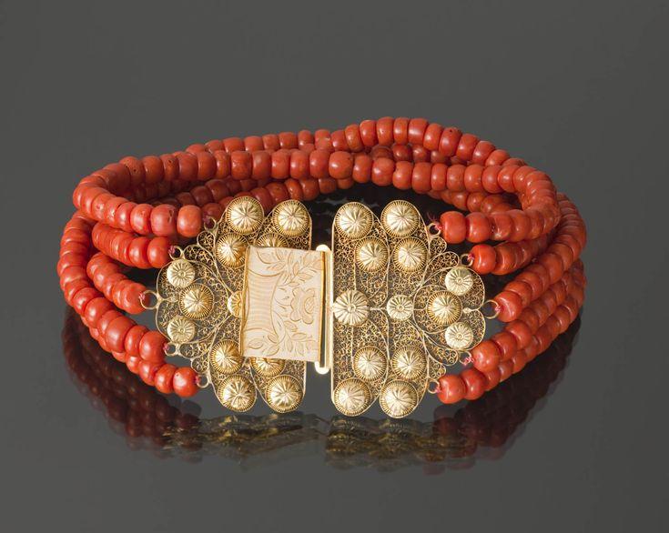 Halssnoer, bestaande uit een 18-karaats gouden 'kraalhaak' en vier strengen kralen van bloedkoraal. Gedragen door een vrouw van Zuid-Beveland, ca 1920-1925. Zeeland Zuid-Beveland