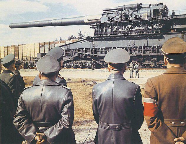 """Hitler inspecionando o maciço 800 milímetros """"Schwerer Gustav"""", canhão ferroviário. Foi a maior arma  já usada em combate, e disparou os mais pesados projéteis que qualquer peça de artilharia."""