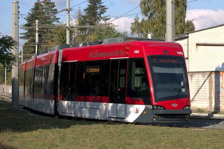 <Braunschweig> 2014年に18編成導入されたSolaris Tramino GT8S。ポーランドのバスメーカー・ソラリスによる路面電車で、ドイツではブラウンシュヴァイク以外にイェーナとライプツィヒに導入されている。8軸4部連接で Solaris Tramino S110Bが正式名称らしい。なお、1編成(車番1465)がいきなり事故休車になっているという情報もあるが定かではない。1番編成陸送の動画がYouTubeに上がっている:https://www.youtube.com/watch?v=0dOcV_mC6l8