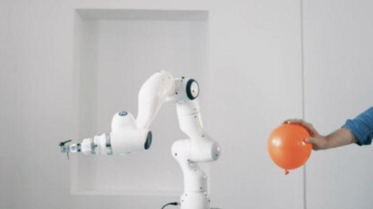 Franka sieht aus wie ein kleiner Industrieroboter. Aber sie ist viel preisgünstiger und kann per App programmiert werden. Ob bald jeder eine Franka hat und welche Roboter-Trends die CeBIT sonst noch zeigt: Ein Überblick.