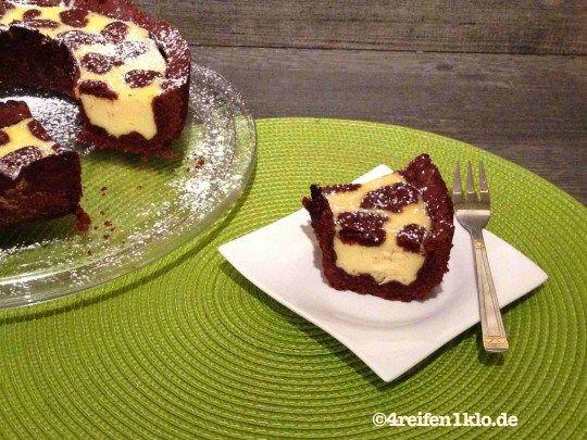 Russischer Zupfkuchen aus dem Omnia-Backofen. So einfach, wie auch lecker. Durch die lichte Quarkmasse kann man den Kuchen nicht einfach stürzen. Wenn er allerdings vollständig abgekühlt ist, ist es ohne weiteres möglich