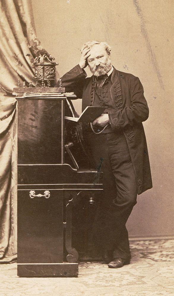 Erkel Ferenc. Vizitkártya az 1860-as évek derekáról. A zongorán, amelyhez a zeneszerző támaszkodik, egy sakk-készlet látható. Országos Széchényi Könyvtár Zeneműtár