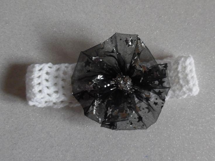Bandeau blanc réalisé au crochet avec une fleur en organza noir étoilé pour bébé : Mode Bébé par les-idees-de-sophie