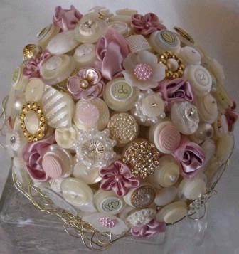 Another nice button boquet - they seem to work best when you add in other stuff like fabric flowers, beads etc.