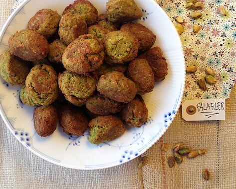 Krydrede falafler er nemme og billige at lave selv. Hjemmelavede falafler er perfekte til en nem og hyggelig aftensmad, hvor man gerne må spise med fingrene. Falaflerne er også gode i madpakken.