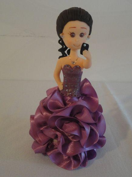 Topo de bolo debutante em biscuit com vestido personalizado. R$ 68,40