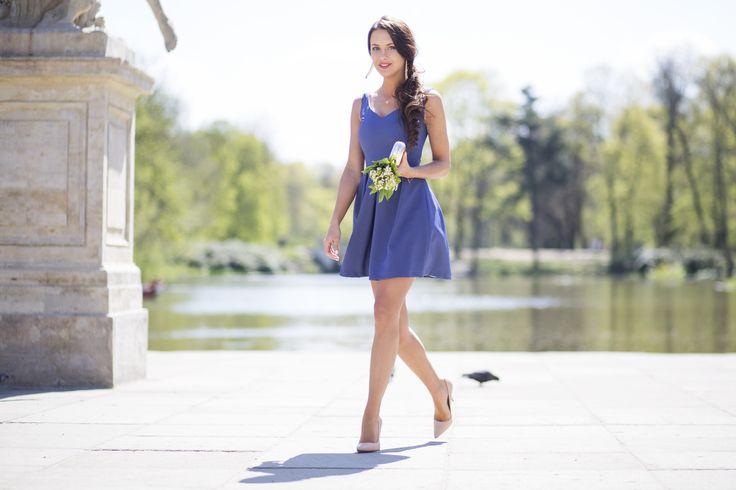 Rozkloszowana sukienka z dekoltem