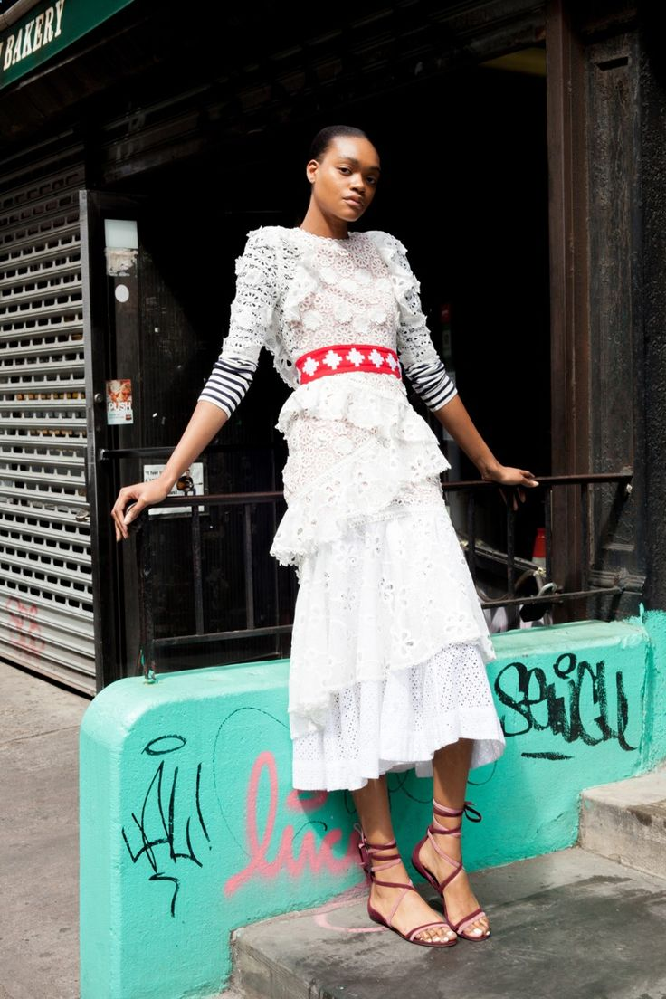 How To Wear Belts How to Wear the Big Summer 2017 Eyelet Trend - Discover how to make the belt the ideal complement to enhance your figure.