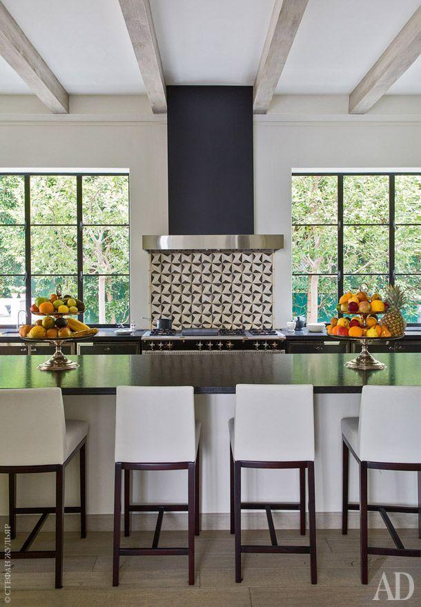 Кухня. Столешница сделана из черного гранита. Полы выстланы беленым дубом. Стена над плитой облицована плиткой, AnnSacks. Стулья сделаны по дизайну Даниэля Куэваса.