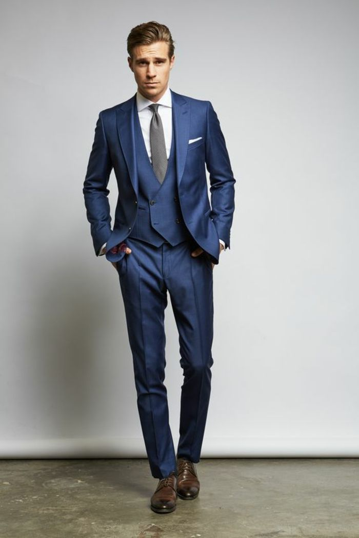 chaussures marron clair, costard bleu, chemise blanche, mouchoir blanc,  cravate grise, 2bfa21e55cb0