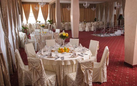 Restaurantul Capra Neagra, amplasat pe Strada Lahovari 4A in Curtea de Arges, cu capacitatea de 280 locuri, ofera clientilor preparate specific romanesti si int