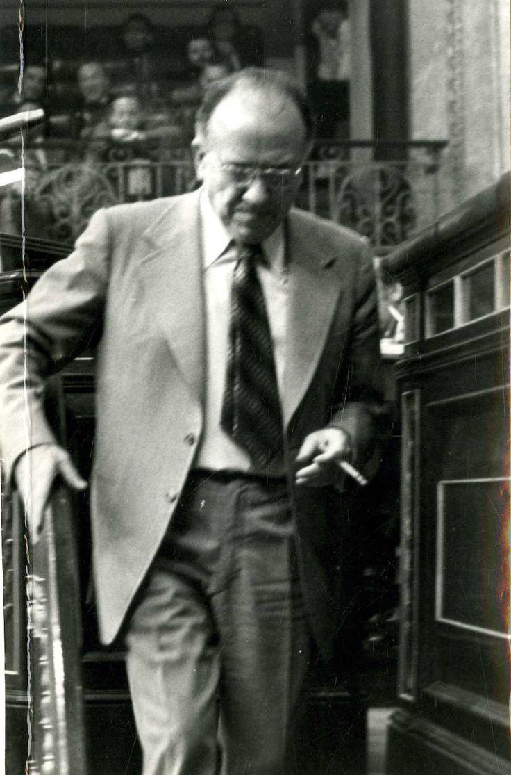 Santiago Carrillo baja de la tribuna del Congreso de los Diputados después de intervenir en la sesión del 20 de mayo de 1980. Foto EFE.