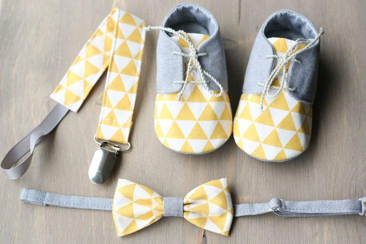 Baby Accessories Gelb und grau Baby Boy Geschenk-SET - Schuhe, Fliege und Paci Clip. Gelb grau Ba...