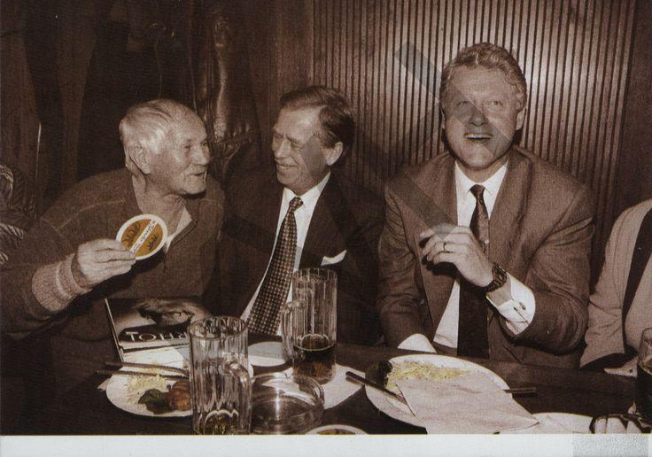 Hostinec U zlatého tygra: Bohumil Hrabal, Václav Havel a Bill Clinton. fot. Jiří Jírů/CORBIS Date: 1994