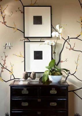 con decalcomania sulla parete e orchidee