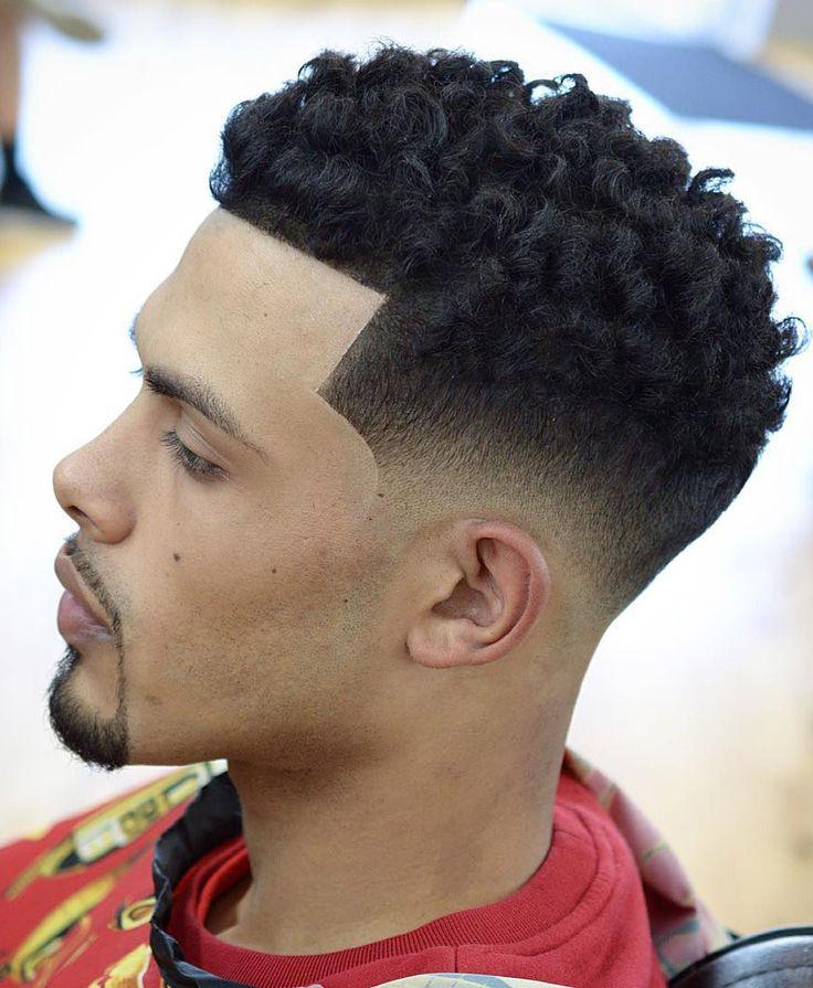 Corte de cabelo masculino com degradê (ou fade) para cabelo crespo.