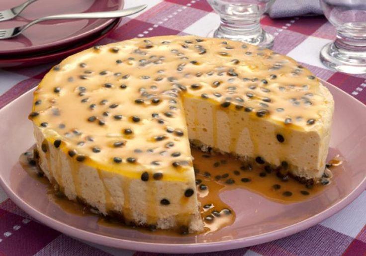 Bolo-Torta Mousse de Maracujá. Esqueça tudo o que já provou em tortas e bolos. Essa combinação é perfeita e deliciosa! Veja também: Receita de Torta Mousse
