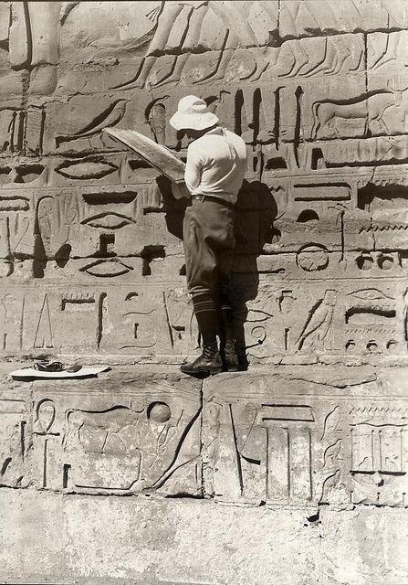 Egyptian Hieroglyphics.1927 Foto antigua de arqueología pineada por: Neo World Wonders Autor: Jethro Chan