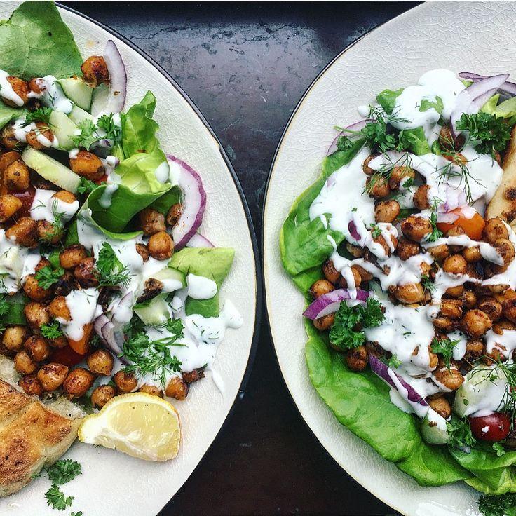 veganska kikärtsgyros: kryddiga rostade kikärtor med vegansk kikärtsmajonnäs med krispigt grönt
