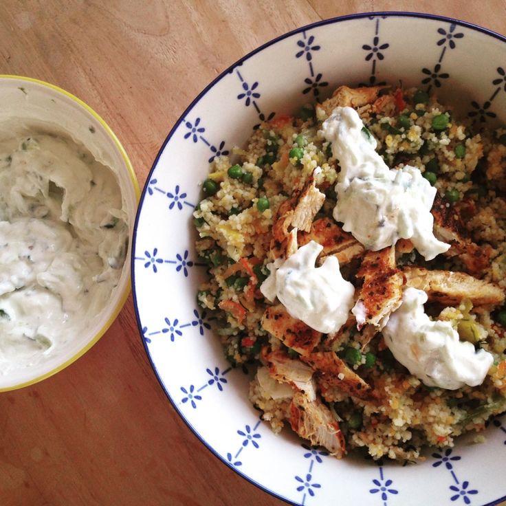 Met dit mooie weer hebben we geen zin om uitgebreid te koken. Vandaar deze makkelijke coucous salade met paprika, lente ui, rode peper, dille, kip, feta en tzatziki  #chicascooking