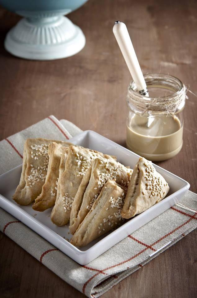 Ταχινόπιτες από τον Δημήτρη Σκαρμούτσο Το θρεπτικότατο ταχίνι νοστιμίζει τα φαγητά και το τραπέζι μας με πολλούς τρόπους. Μία πίτα πολύ απλή και το αποτέλεσμα γευστικότατο.