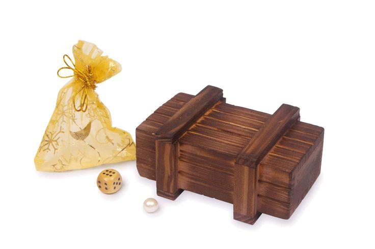 """Hier worden kleine schatten veilig bewaard en """"langvingers"""" verliezen het geduld - want alleen wie de truc kent, kan dit kistje openen en de inhoud eruit nemen! Incl. kleine houten blok, """"parels"""" en kleine zak van """"goudspinsel""""."""