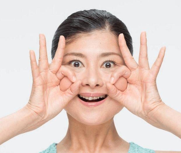 顔ヨガ⑦:ほうれい線に効く!    おだんごロック  脱ブルドッグ!ギュッギュと刺激が気持ちいい  最後は老け顔の原因になりやすいほうれい線のケアです。  まずおでこにシワができないよう注意しながら目を大きく開き、上の歯が8本しっかり見えるように口角を上げます。  そのままあごを突き出したら、頬に団子を作り、頬の筋肉を持ち上げ10秒間キープします。  このとき、しっかりと頬の筋肉を上へと持ち上げるのがポイントです。たるんだ頬をしっかりと元の位置に戻してあげるような感覚で行ってみてくださいね。